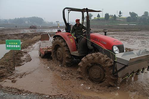 施肥、旋耕一体化机械作业现场