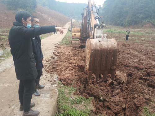 区农业农村委经作站技术人员在石龙镇大兴村督促2019年新建园项目收尾工作